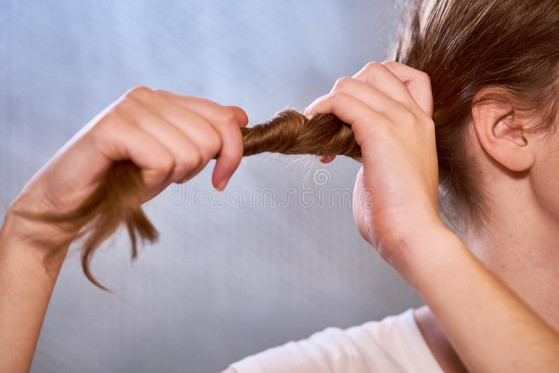 Γυναίκα που κάνει ένα hairstyle στοκ φωτογραφία με δικαίωμα ελεύθερης χρήσης