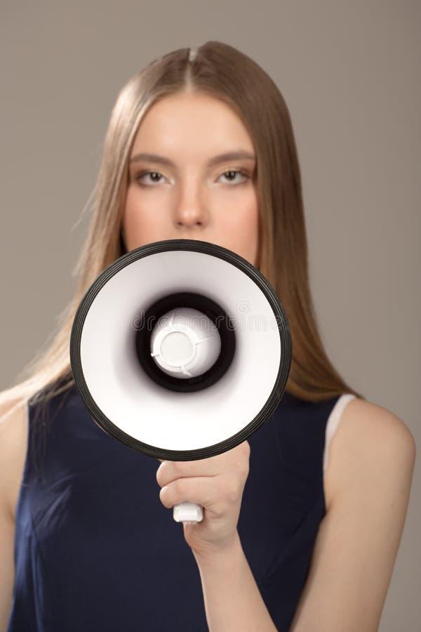 Γυναίκα που κρατά έναν δυνατό ομιλητή Πορτρέτο μιας όμορφης γυναίκας μόδας στοκ φωτογραφία με δικαίωμα ελεύθερης χρήσης