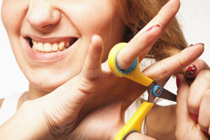 Γυναίκα που κόβει την με τη μακριά ομαλή τρίχα ψαλίδων Έννοια προσοχής τρίχας στοκ φωτογραφία με δικαίωμα ελεύθερης χρήσης