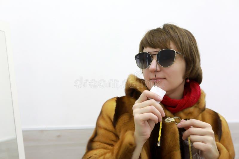Γυναίκα που προσπαθεί στα γυαλιά στοκ εικόνες