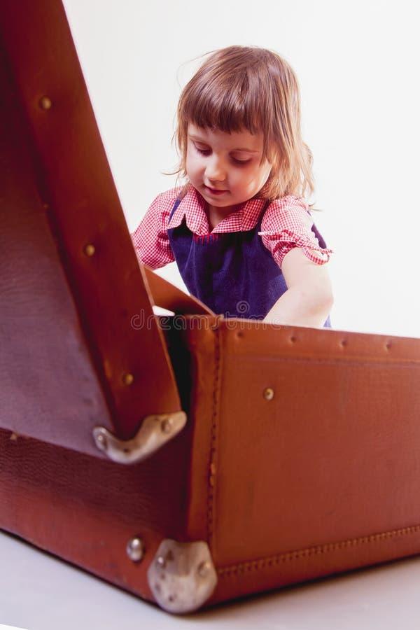 Είμαι ευτυχής να ταξιδεψω, είμαι έτοιμος για το ταξίδι! Αστείος και ευτυχής λίγο κορίτσι παιδιών με την εκλεκτής ποιότητας βαλίτσ στοκ εικόνα με δικαίωμα ελεύθερης χρήσης