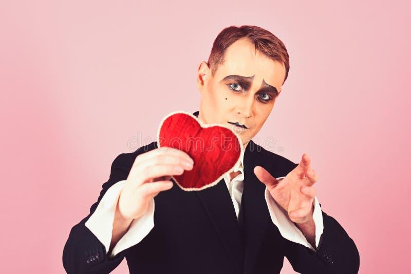 Είναι ευαίσθητος και πολύ ποιητικός Κόκκινη καρδιά λαβής ατόμων Mime για την ημέρα βαλεντίνων Παντομίμα δραστών θεάτρων που πέφτε στοκ φωτογραφίες