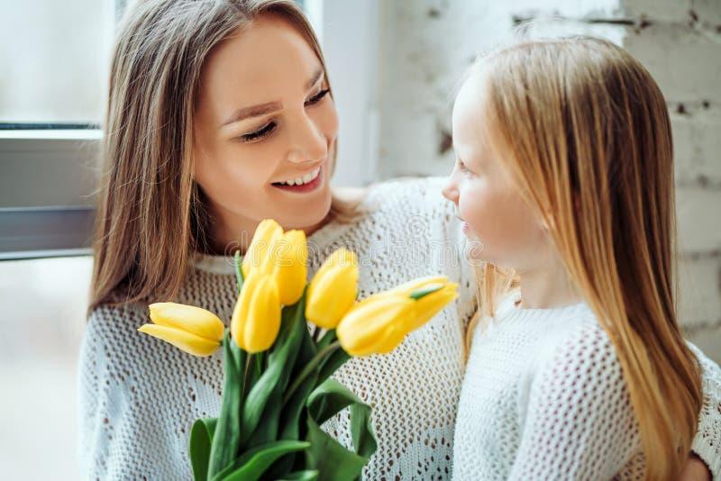 Είστε όλα μου Το μικρό κορίτσι δίνει mom τα λουλούδια στοκ φωτογραφίες