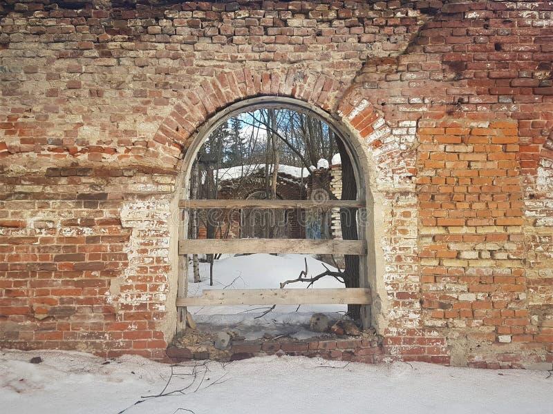Εγκαταλειμμένο και τούβλινο κτήριο το χειμώνα στοκ εικόνα