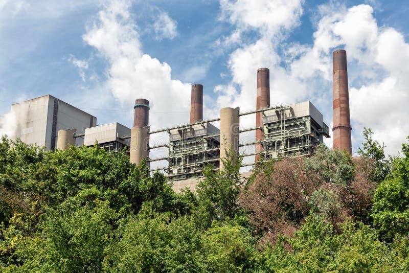 Εγκαταστάσεις παραγωγής ενέργειας άνθρακα καπνοδόχων στη Γερμανία κοντά σε Bergheim στοκ φωτογραφία