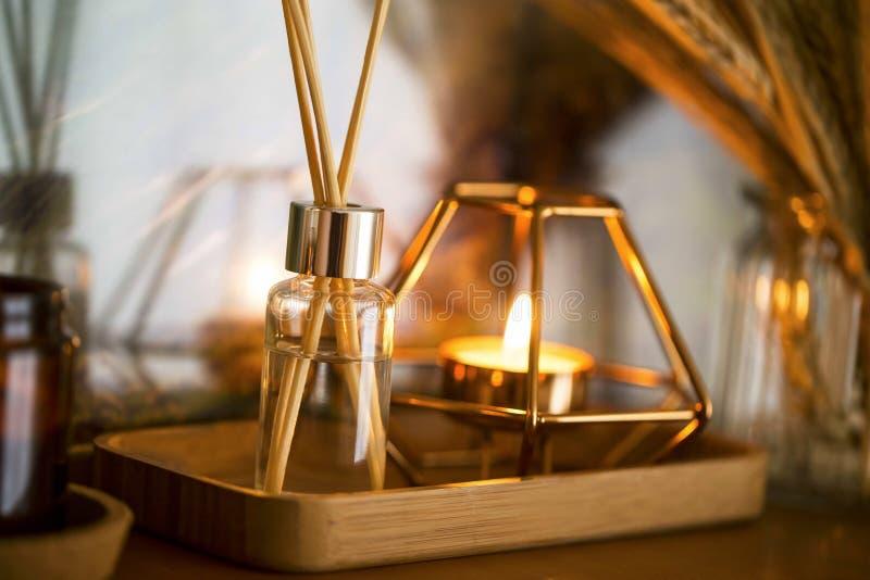 Εγχώρια διακόσμηση Ντεκόρ ραφιών με το κερί, το διασκορπιστή αρώματος και τα αυτιά σίτου σε ένα βάζο, εσωτερικές λεπτομέρειες στοκ εικόνα