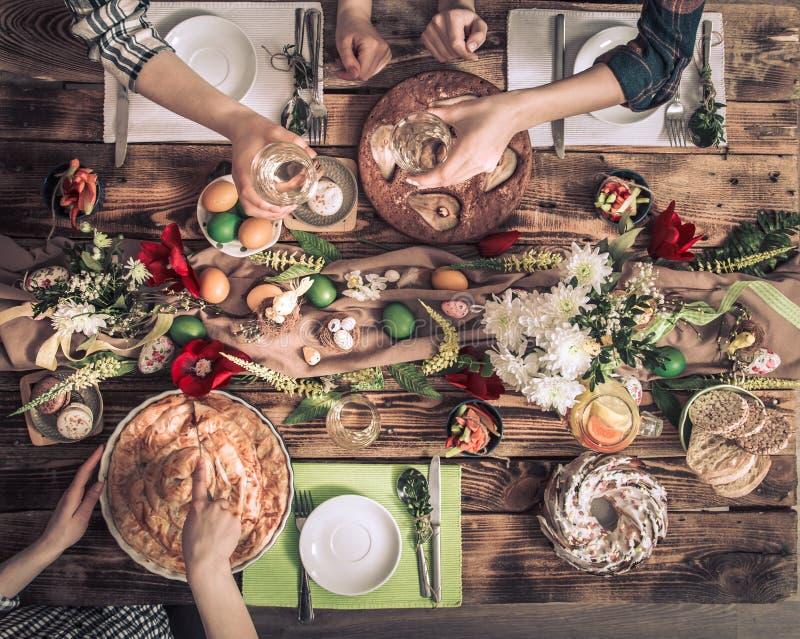 Εγχώριος εορτασμός των φίλων ή της οικογένειας στον εορταστικό πίνακα στοκ φωτογραφία με δικαίωμα ελεύθερης χρήσης