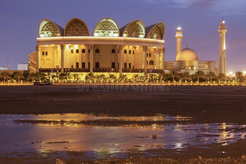 Εθνική βιβλιοθήκη του Μπαχρέιν και μεγάλο μουσουλμανικό τέμενος Al Fateh στοκ φωτογραφίες με δικαίωμα ελεύθερης χρήσης