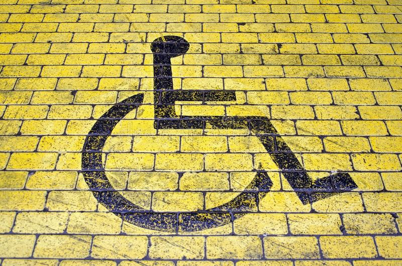 Εικονίδιο αναπηρικών καρεκλών στη θέση στάθμευσης στοκ φωτογραφία με δικαίωμα ελεύθερης χρήσης