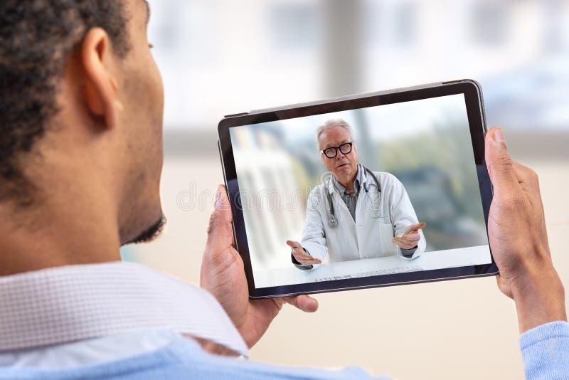 Εικονική ζωντανή συνομιλία με τον ασθενή με την ψηφιακή ταμπλέτα και έναν γιατρό μέσω Διαδικτύου -εγχώρια προσοχή για έναν νέο αρ στοκ φωτογραφίες με δικαίωμα ελεύθερης χρήσης