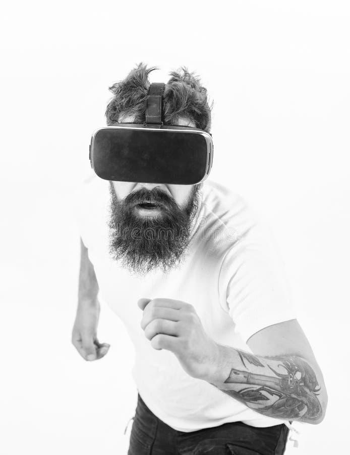 Εικονική φυλή Άσπρο υπόβαθρο γυαλιών gamer VR ατόμων γενειοφόρο Έννοια παιχνιδιών εικονικής πραγματικότητας Αθλητισμός Cyber Τύπο στοκ φωτογραφία