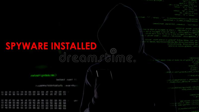 Εικονικός εγκληματίας που εγκαθίσταται spyware στο smartphone, παράνομη επίθεση στη μυστικότητα στοκ φωτογραφία