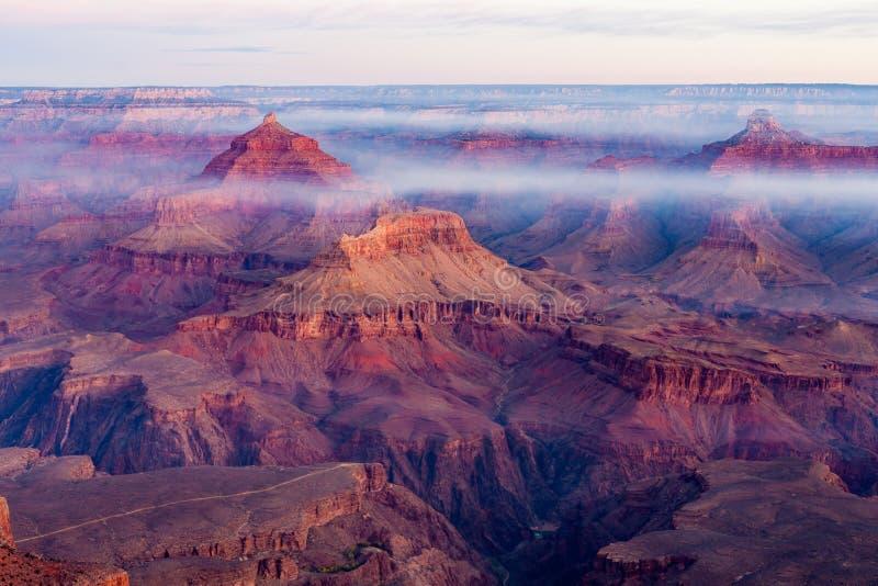 Εικόνα ανατολής του μεγάλου εθνικού πάρκου φαραγγιών με την ελαφριά ομίχλη ξημερωμάτων και την ομίχλη, Αριζόνα, ΗΠΑ στοκ φωτογραφία με δικαίωμα ελεύθερης χρήσης