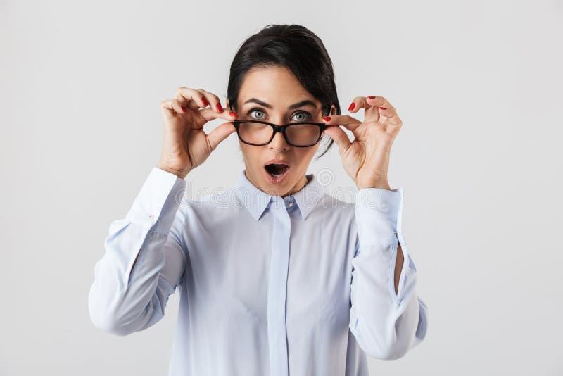 Εικόνα της έκπληκτης δεκαετίας του '30 γυναικών γραμματέων που φορά eyeglasses που στέκονται στο γραφείο, που απομονώνεται πέρα α στοκ φωτογραφίες με δικαίωμα ελεύθερης χρήσης