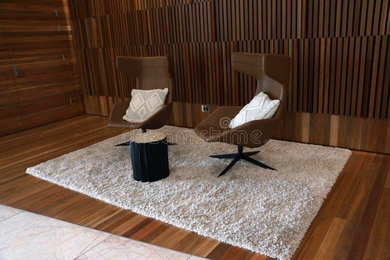 Εκλεκτής ποιότητας καθίσματα battens ξυλείας που περιβάλλουν τις οθόνες στοκ εικόνες