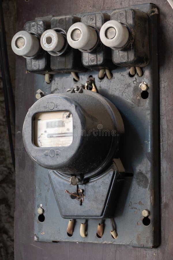 Εκλεκτής ποιότητας μετρητής οικιακής ηλεκτρικός ενέργειας με τις ηλεκτρικές θρυαλλίδες στοκ εικόνες με δικαίωμα ελεύθερης χρήσης