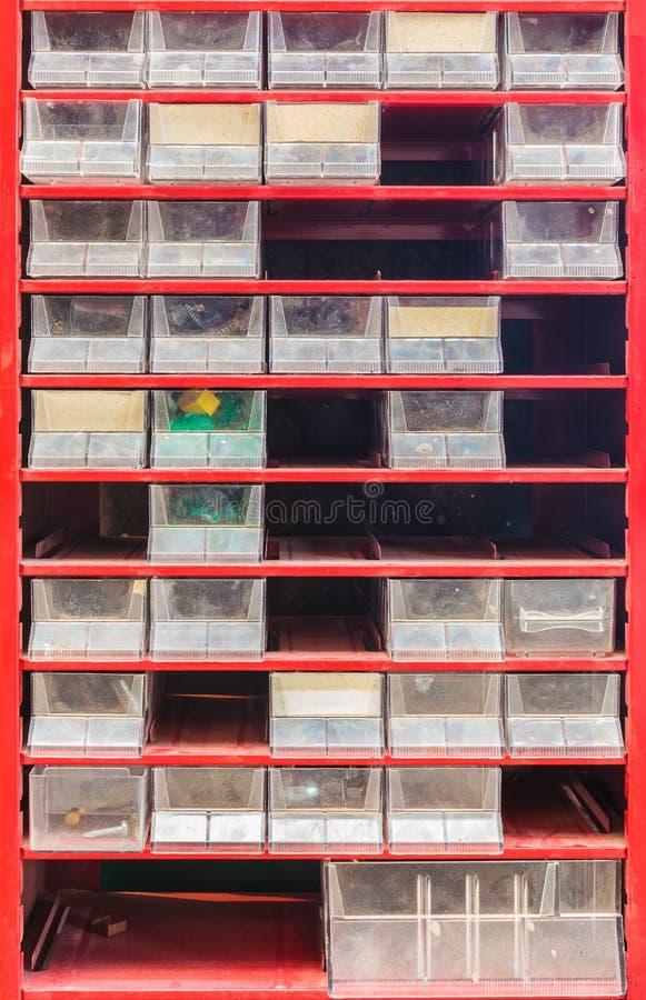Εκλεκτής ποιότητας μικρές μέρη και αποθήκευση εργαλείων που τίθεται με τα πλαστικά μετακινούμενα δοχεία στοκ φωτογραφίες