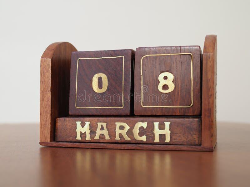 Εκλεκτής ποιότητας ξύλινο διαρκές ημερολόγιο ημέρας για την 8η Μαρτίου στοκ εικόνες με δικαίωμα ελεύθερης χρήσης