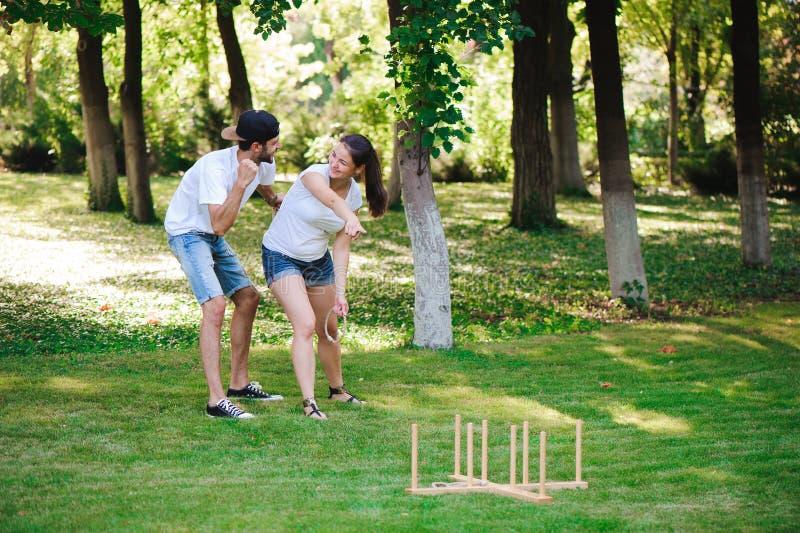 Εκτίναξη δαχτυλιδιών παιχνιδιών σε ένα θερινό πάρκο στοκ φωτογραφία με δικαίωμα ελεύθερης χρήσης