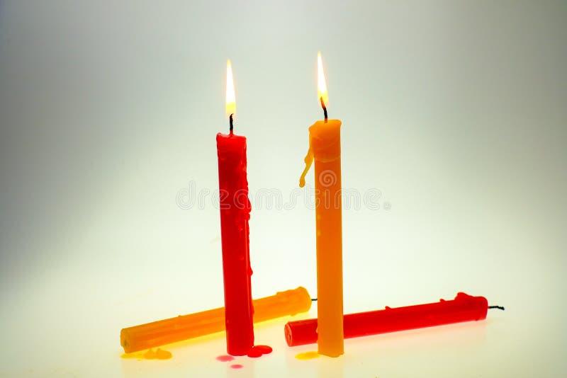 Ελαφρύ κερί φλογών τέσσερα που καίει λαμπρά στοκ φωτογραφία