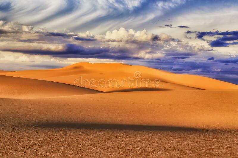 Ελαφρύ πρόσωπο σύννεφων αμμόλοφων στοκ εικόνα