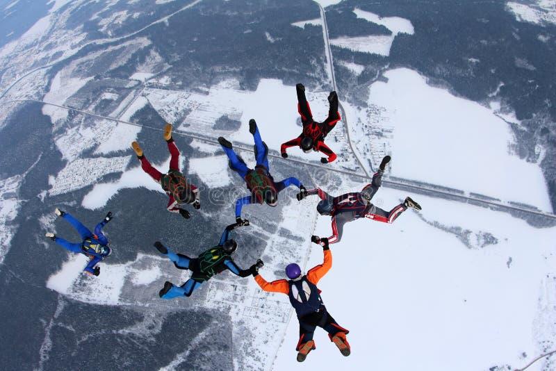 Ελεύθερη πτώση με αλεξίπτωτο σχηματισμού Μια ομάδα skydivers κάνει έναν αριθμό στον ουρανό στοκ φωτογραφία με δικαίωμα ελεύθερης χρήσης