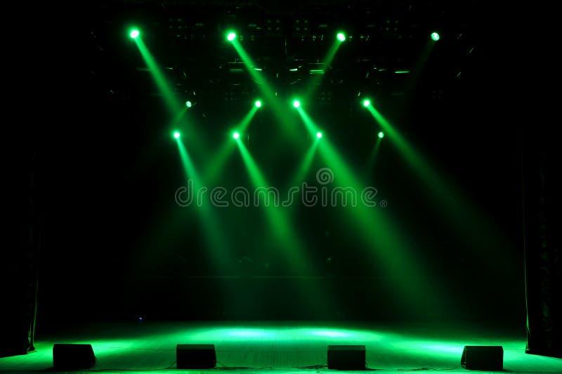 Ελεύθερο στάδιο με τα φω'τα, φως με τα χρωματισμένα επίκεντρα και καπνός στοκ φωτογραφία με δικαίωμα ελεύθερης χρήσης