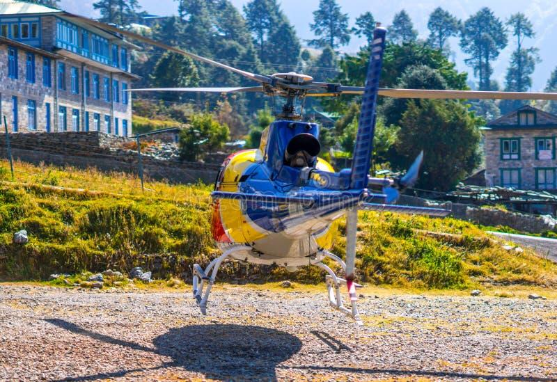 Ελικόπτερο διάσωσης στον αερολιμένα Lukla στα Ιμαλάια στοκ φωτογραφία