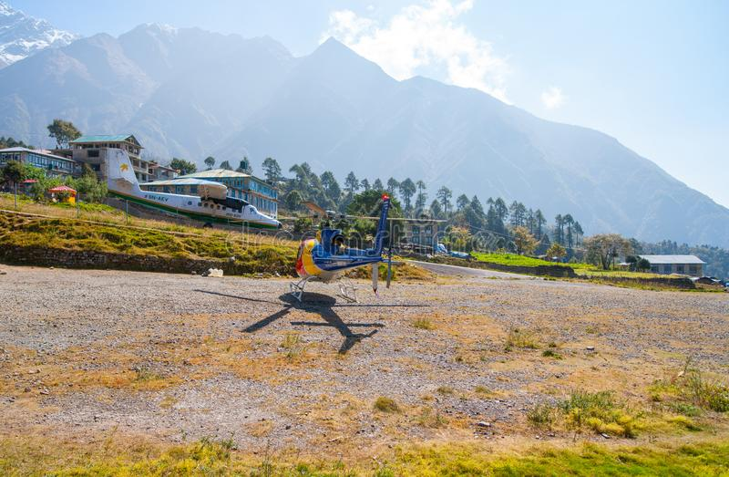 Ελικόπτερο διάσωσης στον αερολιμένα Lukla στα Ιμαλάια στοκ εικόνες