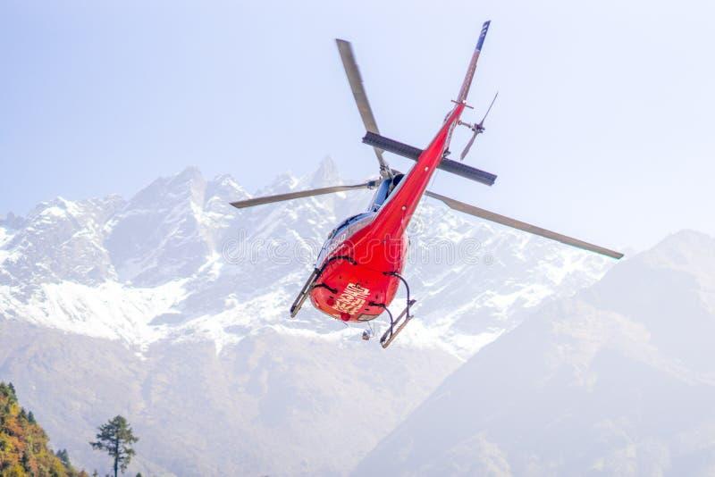 Ελικόπτερο διάσωσης στον αερολιμένα Lukla στα Ιμαλάια στοκ φωτογραφίες με δικαίωμα ελεύθερης χρήσης