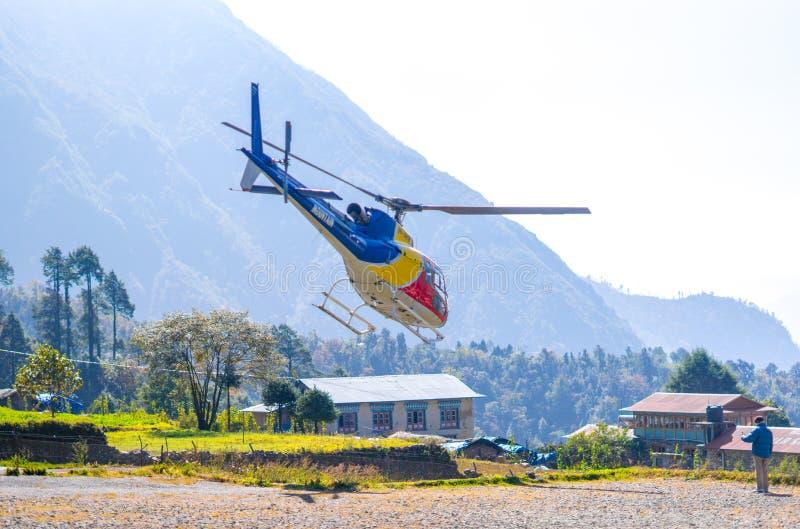 Ελικόπτερο διάσωσης στον αερολιμένα Lukla στα Ιμαλάια στοκ εικόνα με δικαίωμα ελεύθερης χρήσης