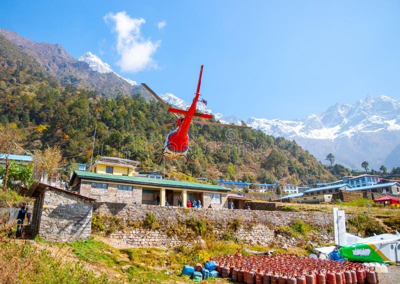 Ελικόπτερο διάσωσης στον αερολιμένα Lukla στα Ιμαλάια στοκ εικόνες με δικαίωμα ελεύθερης χρήσης