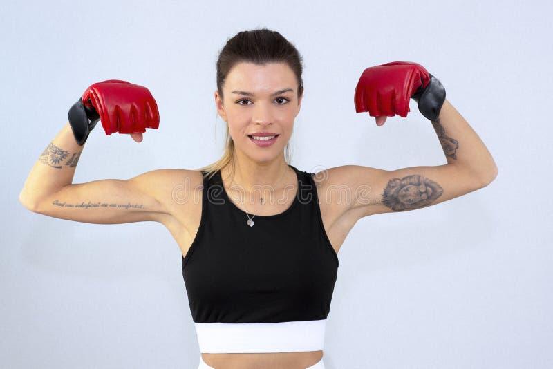 Ελκυστική γυναίκα ικανότητας, εκπαιδευμένο θηλυκό σώμα, ελκυστική γυναίκα ικανότητας με την κορυφή και φορέας mp3, καυκάσιο πορτρ στοκ φωτογραφία