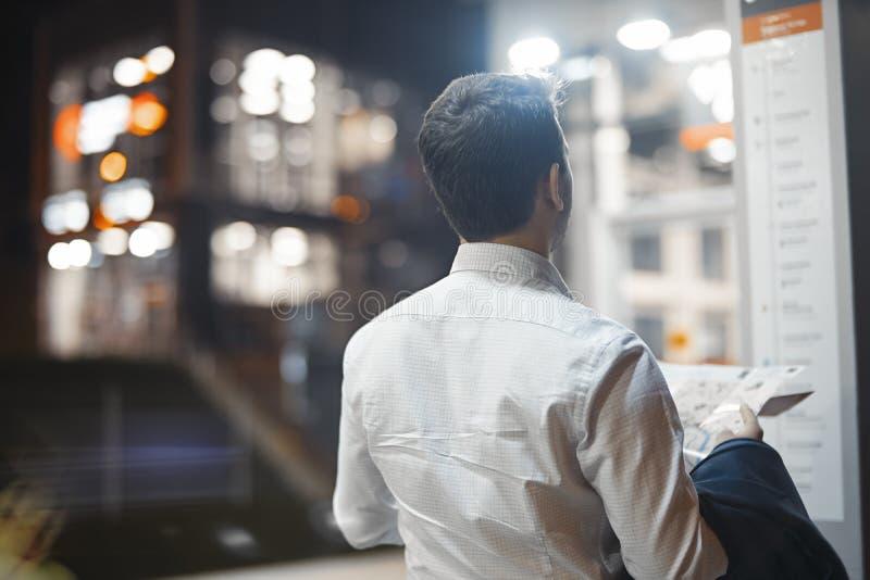 Ελκυστικός επιχειρηματίας που ελέγχει το χάρτη του περιμένοντας το τραίνο στο μετρό στοκ φωτογραφίες με δικαίωμα ελεύθερης χρήσης