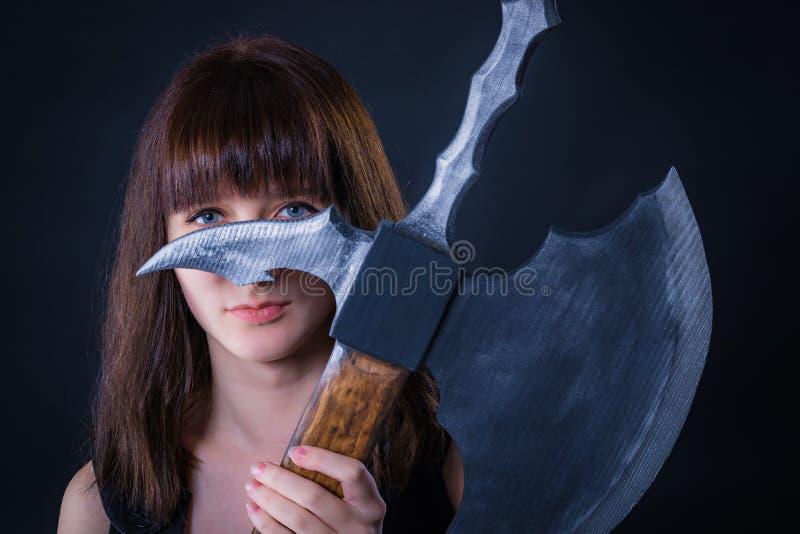 Ελκυστικό κορίτσι πολεμιστών με ένα τσεκούρι μάχης στα χέρια του στοκ εικόνα με δικαίωμα ελεύθερης χρήσης
