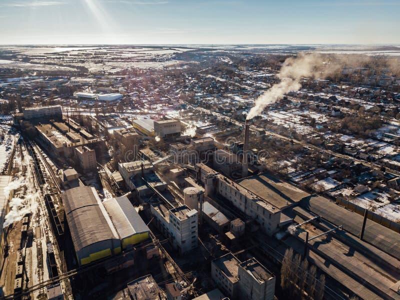 Εναέρια άποψη κηφήνων της βιομηχανικής περιοχής των πυρίμαχων εγκαταστάσεων Αχνιστοί σωλήνες του εργοστασίου Βιομηχανική έννοια α στοκ εικόνες με δικαίωμα ελεύθερης χρήσης