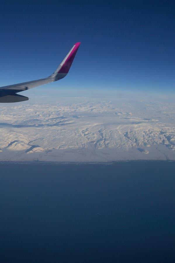 Εναέρια άποψη της ακτής της Ισλανδίας με το φτερό του αεροπλάνου κατά την πτήση στοκ εικόνα με δικαίωμα ελεύθερης χρήσης