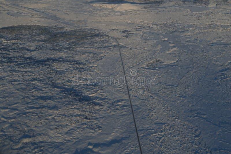 Εναέρια άποψη της Ισλανδίας με έναν δρόμο που βλέπει από το αεροπλάνο κατά την πτήση στοκ φωτογραφία