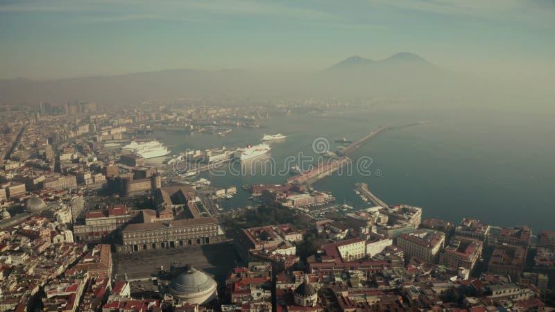 Εναέρια άποψη του λιμανιού της Νάπολης και του διάσημου Βεζουβίου, Ιταλία στοκ εικόνα