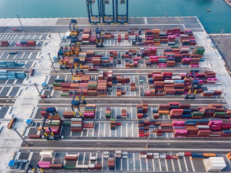 Εναέρια άποψη των διοικητικών μεριμνών και μεταφορά του φορτηγού πλοίου εμπορευματοκιβωτίων και της γέφυρας γερανών με την οικοδό στοκ εικόνες