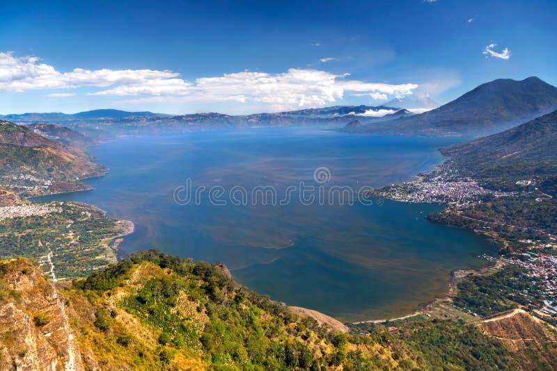 Εναέριο φυσικό τοπίο ηφαιστείων Atitlan Γουατεμάλα λιμνών άποψης μπλε στοκ εικόνες