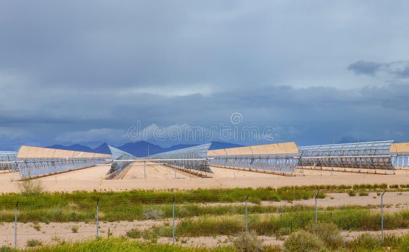 Εναλλακτικές πηγές ηλιακής ενέργειας ηλεκτρικής ενέργειας και θερμοσίφωνες σε μια χρησιμοποιώντας ηλιακή ενέργεια στοκ εικόνες