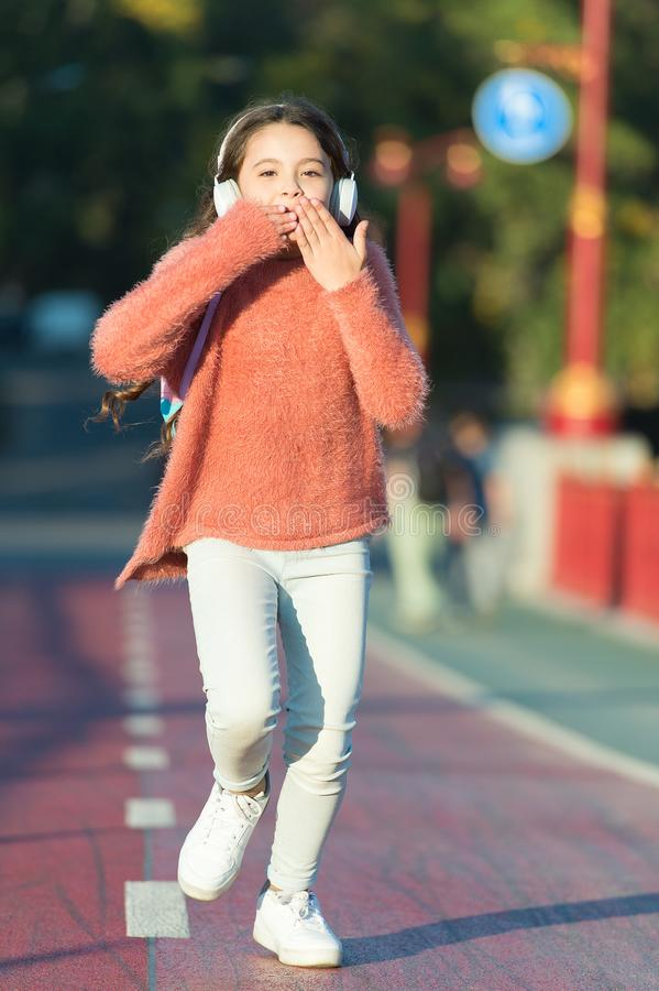 ενεργειακό σύνολο Το μικρό κορίτσι ακούει μουσική 1 mp3 φορέας κορίτσι ευτυχές λίγα Ακουστικό βιβλίο Παιδί στην κάσκα κορίτσι λίγ στοκ φωτογραφία με δικαίωμα ελεύθερης χρήσης