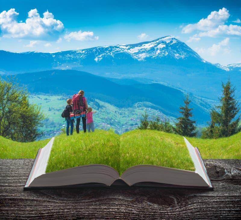 Ενεργός οικογένεια οδοιπόρων στις σελίδες του βιβλίου στοκ φωτογραφία με δικαίωμα ελεύθερης χρήσης