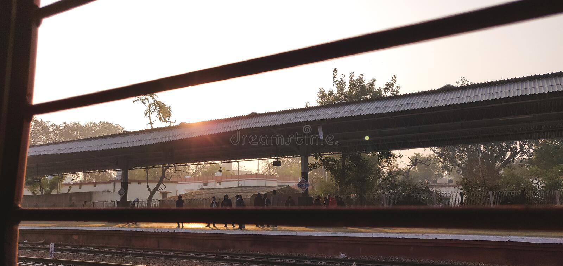 Ενιαίο παράθυρο όπως βλέπει από μέσα ενός ινδικού τραίνου σιδηροδρόμων στοκ εικόνες με δικαίωμα ελεύθερης χρήσης