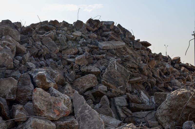 Ενισχυμένοι απόβλητα τσιμεντένιοι ογκόλιθοι κατασκευής και σκουριασμένες συναρμολογήσεις Συντρίμμια κτηρίου Οικολογία, παγκοσμιοπ απεικόνιση αποθεμάτων