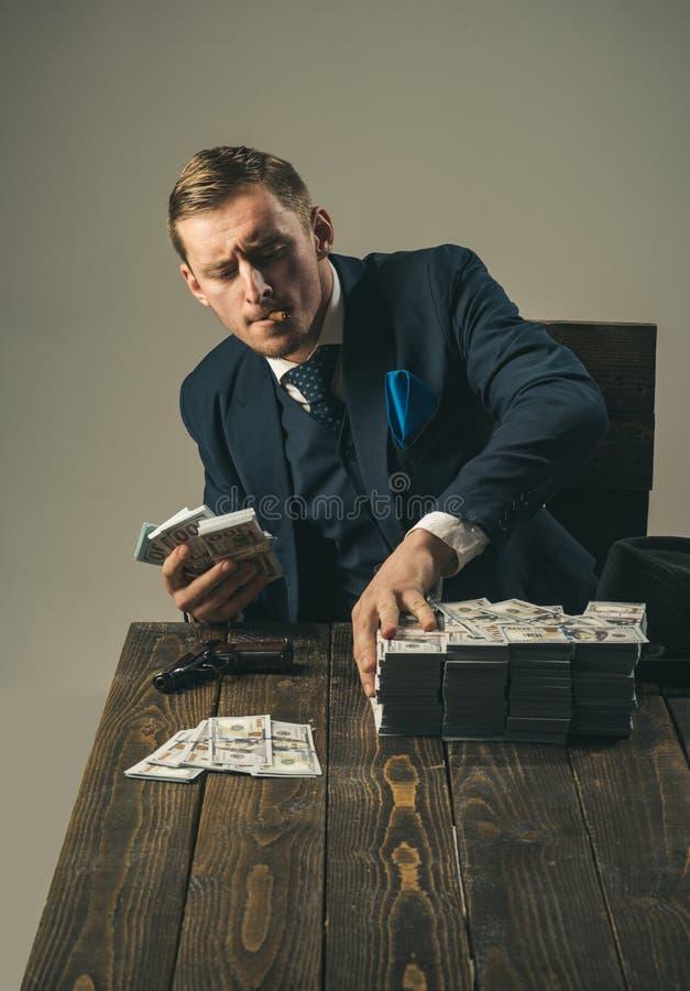 εννοιολογικό wellness χρημάτων εικόνας χρηματοδότησης οικονομίας Λογιστής ατόμων Εργασία επιχειρηματιών στο γραφείο λογιστών Συνα στοκ εικόνα