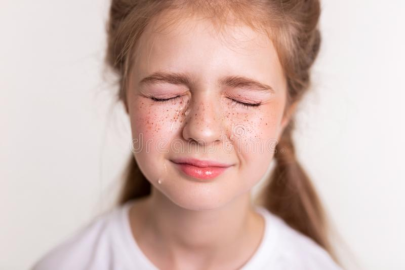 Εξαιρετικά ανατρέψτε το όμορφο μικρό κορίτσι που κλείνει τα μάτια και να φωνάξει της στοκ φωτογραφίες