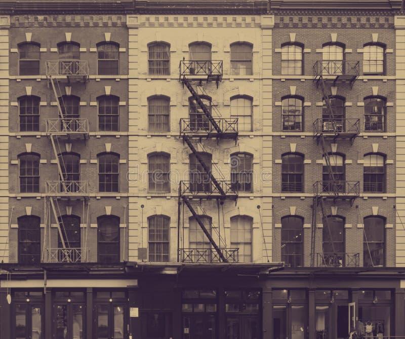 Εξασθενισμένος τοίχος των παραθύρων στα κτήρια πόλεων της Νέας Υόρκης στοκ εικόνες με δικαίωμα ελεύθερης χρήσης