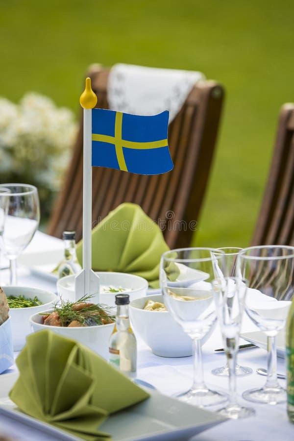 Εορτασμός θερινού ηλιοστάσιου με μια σουηδική σημαία στοκ εικόνες με δικαίωμα ελεύθερης χρήσης